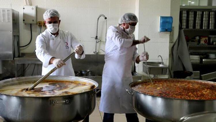 Erciş'te belediyeden ihtiyaç sahibi ailelere 2 öğün sıcak yemek