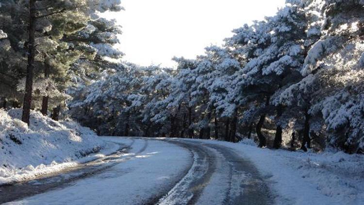 Çanakkale'ye yılın ilk karı yağdı, vatandaşlar keyfini çıkarttı