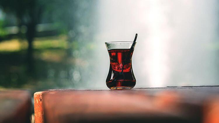 Çay tiryakileri dikkat! Şekerli çay birçok hastalığa davetiye çıkarıyor