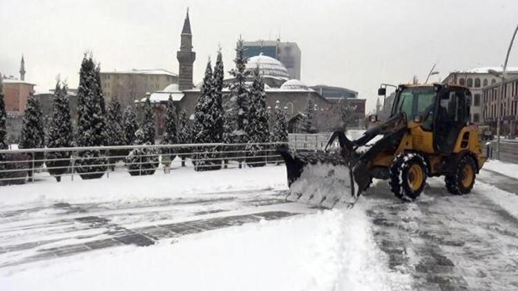 Sokak kısıtlamasının ilk gününe, kar yağışıyla uyandılar