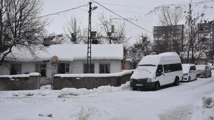 Kar kalınlığının 40 santim olduğu Bitlis'te kapanan 110 köy yolu açıldı