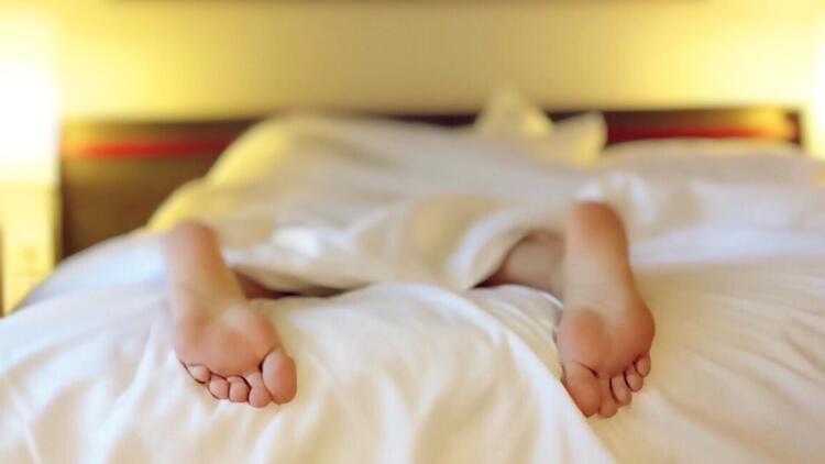 Hangi pozisyonda yatılırsa yatılsın, yumuşak yataklardan kaçınılmalı
