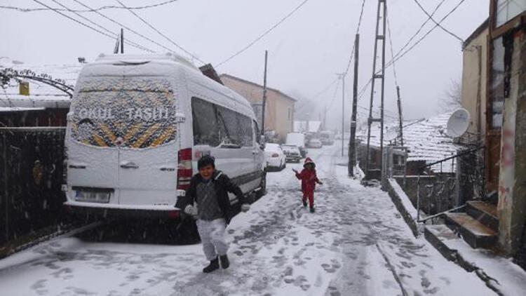 İstanbul'da kar yağışı; Sarıyer'de çocuklar kar topu oynadı