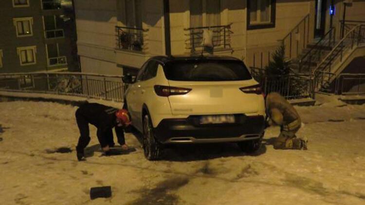 Buzlu yolda kayan otomobil binaya çarpmaktan son anda kurtuldu