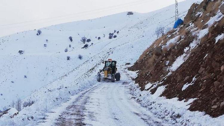Yedisu- Çatak yolu kar ve tipi nedeniyle trafiğe kapatıldı
