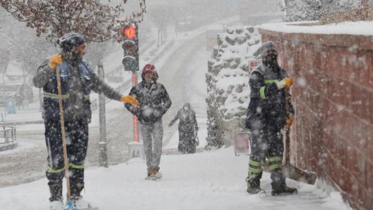 Doğu'da 1344 köy yolu kardan kapandı; ekipler açmak için yoğun çalışıyor