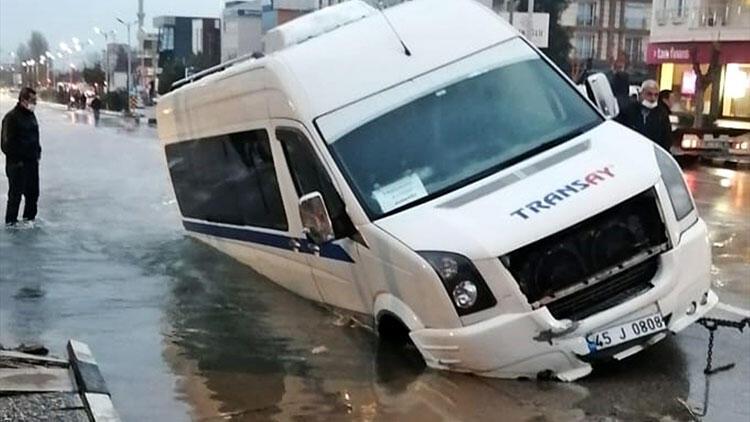 Manisa'da asfalt yol çöktü