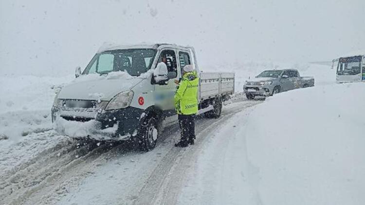 Zonguldak'ta kar yağışı ulaşımı durdurdu
