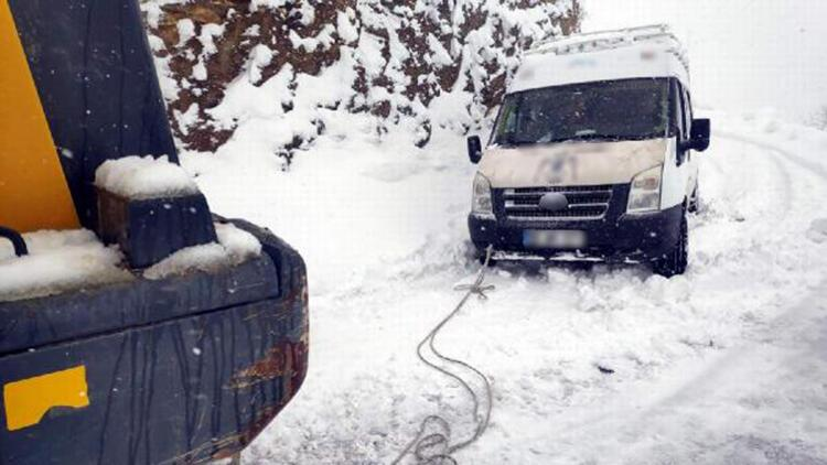 Siirt'te, karda kalan minibüs ve 8 kişi kurtarıldı