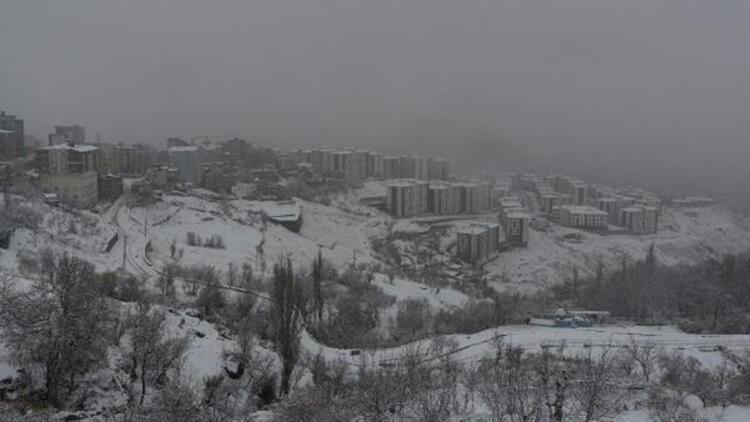 Şırnak'ta 19 köy ve 6 mezra yolu, kardan kapandı