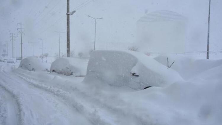 Bitlis'te kar kalınlığı 1 metreyi buldu, 290 köy yolu ulaşıma kapandı