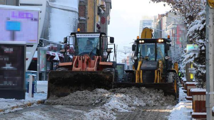 Van'da 495 yerleşim biriminin yolu kapandı; kamyonlarla kent dışına kar taşınıyor
