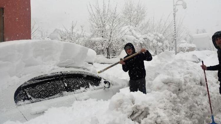 Beytüşşebap'ta araçlar, 1,5 metrelik karda kayboldu