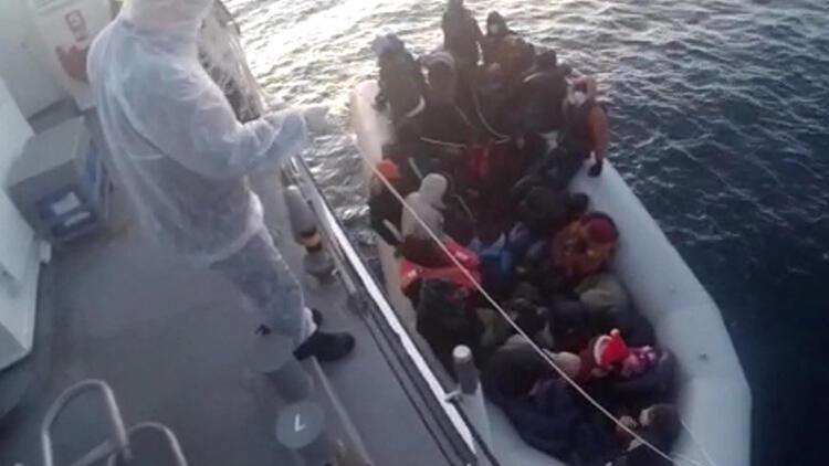 İzmir'de Yunanistan tarafından itilen 32 göçmen kurtarıldı