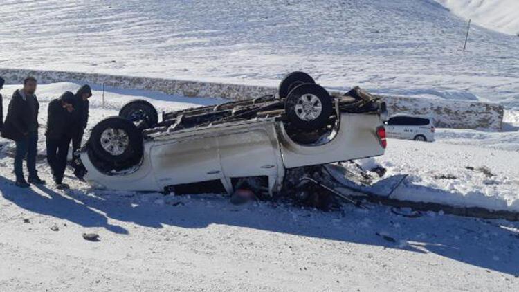 Karlıova'da buzlanan yolda kamyonet takla attı: 2 yaralı