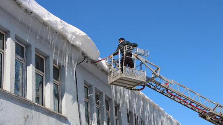 Karlıova'da buz sarkıtları, itfaiye aracıyla düşürülüyor