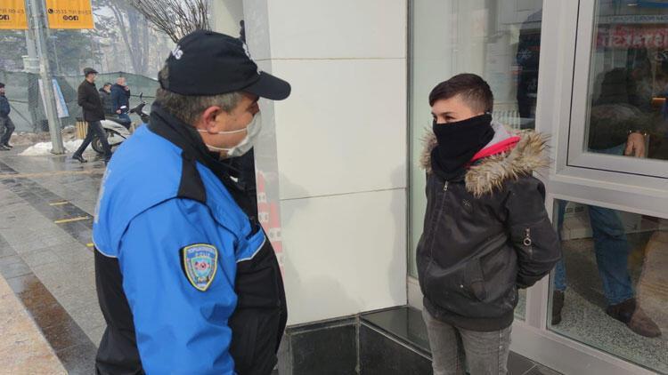 Polisten, bankadaki babasını bekleyen çocuğa: Söyle 900 lira daha fazla çeksin