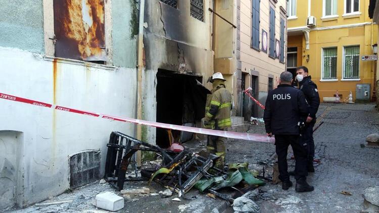 İzmir'de alevlerin arasında kalan hurdacıyı itfaiye kurtardı