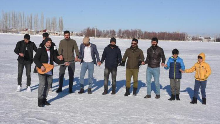Buz tutan Arin Gölünde halay çekip, maç yaptılar