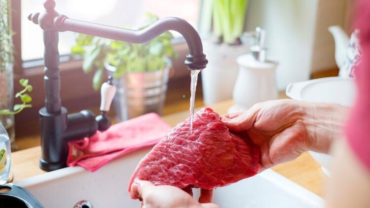 Et yıkanır mı yıkanmaz mı? Eti yıkıyorsanız bu tehlikeye dikkat!