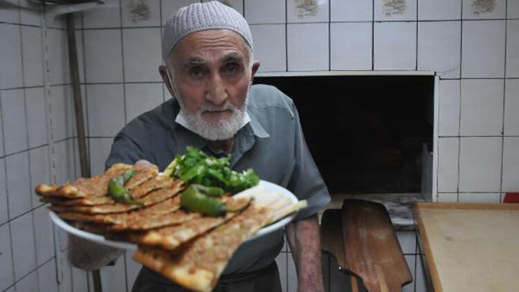 65 yıldır fırının başında etli ekmek pişiriyor
