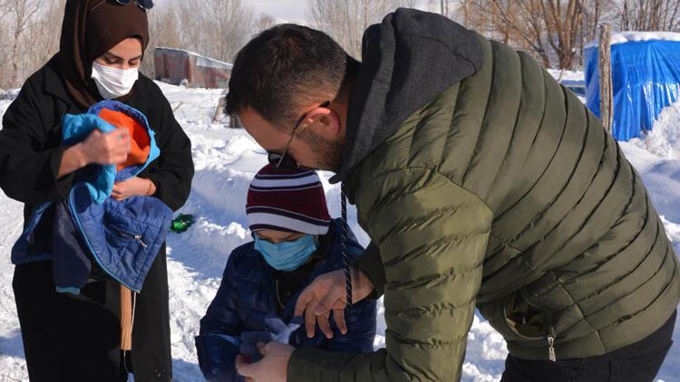 Erzurum'da karlı yolları aşıp, öğrencilere hediyeler götürdü