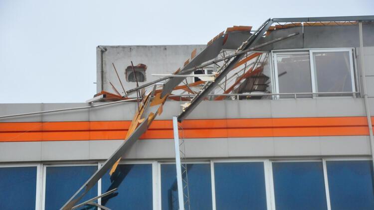 Manisa'da fırtına! Minare devirdi, çatılar uçtu...