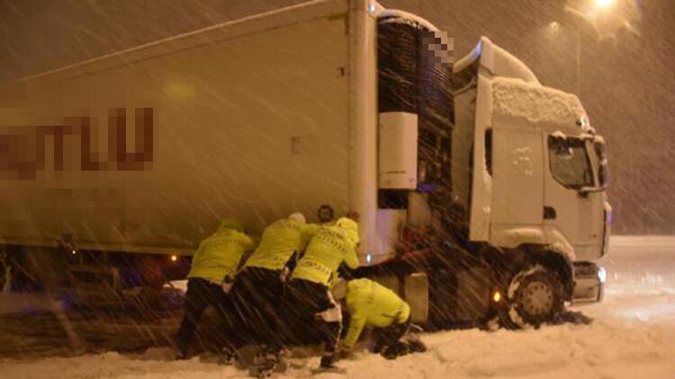 Kütahya'da yolda kalan TIR'ı trafik polisleri kurtardı