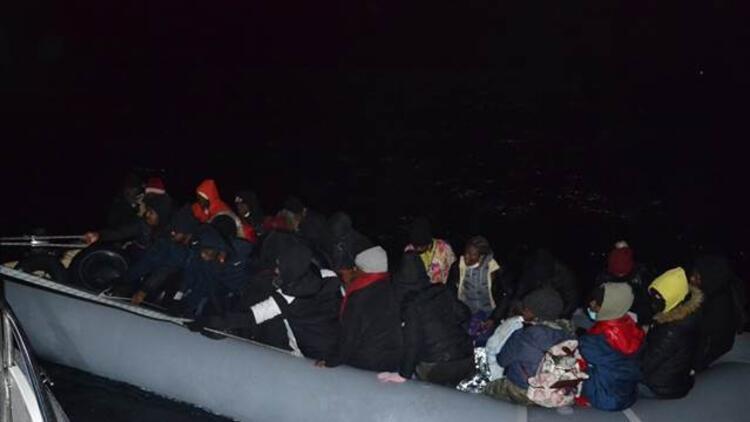 İzmir açıklarında Türk kara sularına itilen 48 sığınmacı kurtarıldı