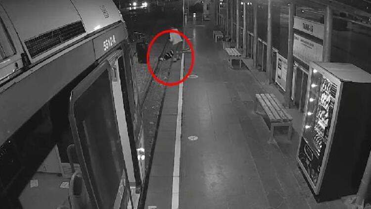 Fenalaşıp tramvay raylarına düştü! Böyle kurtuldu