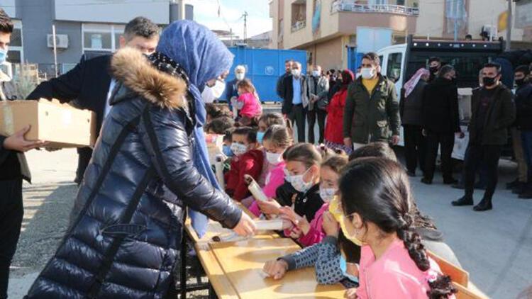 Şırnak'ta köy çocuklarına hediyeler verip, çiğ köfte ve baklava ikram ettiler