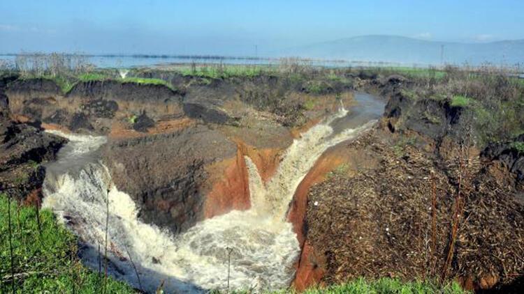 Menderes'te yağmur suları düdenleri doldurdu