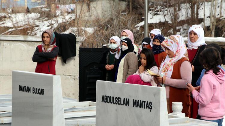 Van'da çığ faciasının yol dönümünde şehitler, mezarları başında anıldı