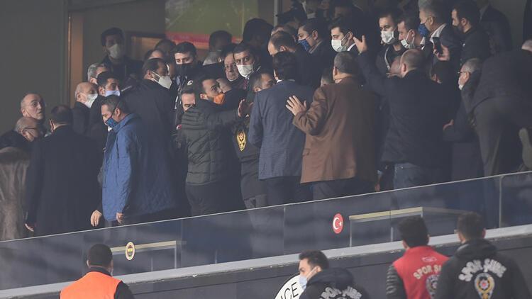 """Galatasaraylıların tezahüratı ortamı gerdi, Ali Koç devreye girdi: """"Başkanım ayıp ediyorlar"""""""