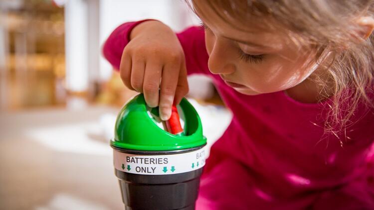Her evde bulunan gizli tehlike! Çocukları pillerden nasıl uzak tutacağız?