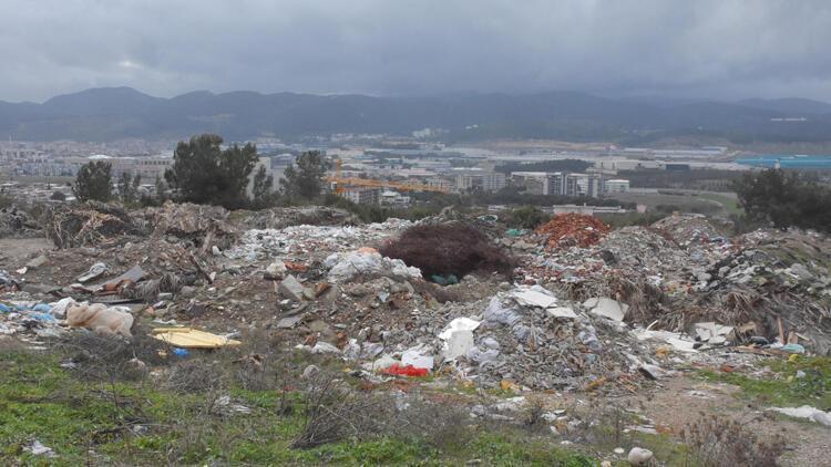 İzmir'de yeşillik alanı kaçak döküm sahasına çevirdiler