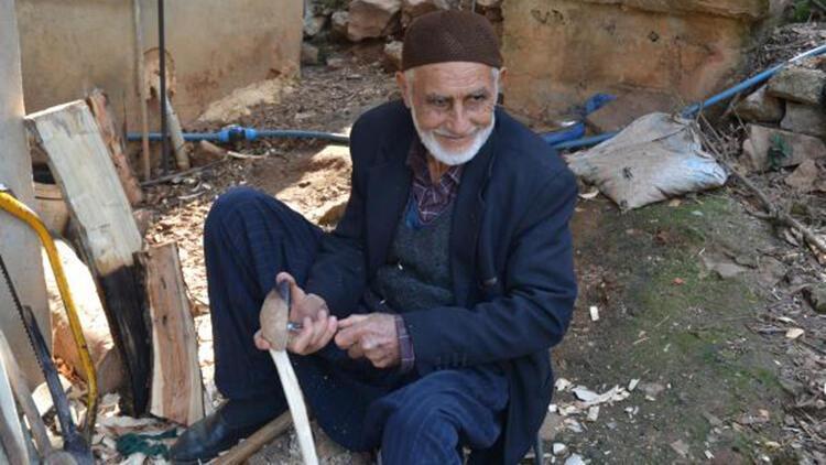 16 yaşında öğrendiği tahta kaşık yapımını 65 yıldır sürdürüyor
