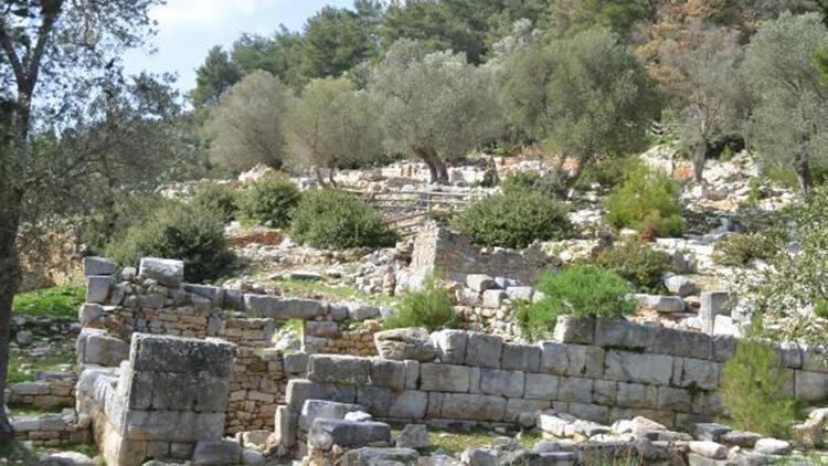 3 bin 500 yıllık antik kentte kaçak kazı yapmışlar