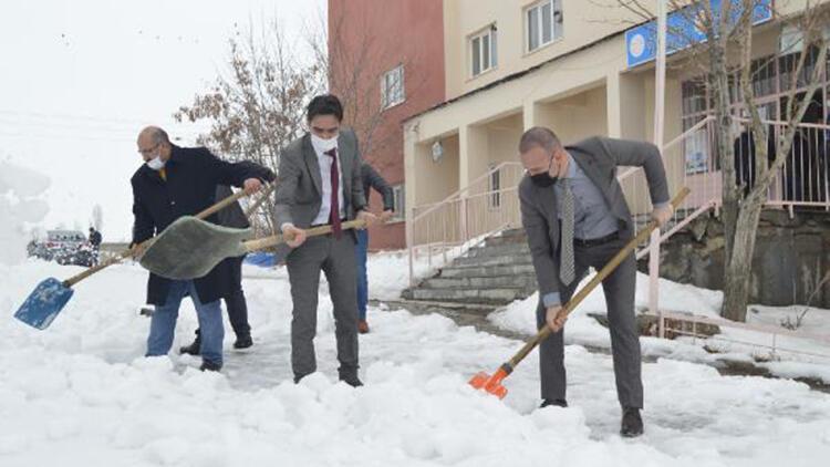 Ağrı'da yüz yüze eğitim öncesi köy okulu bahçesinde kar temizliği