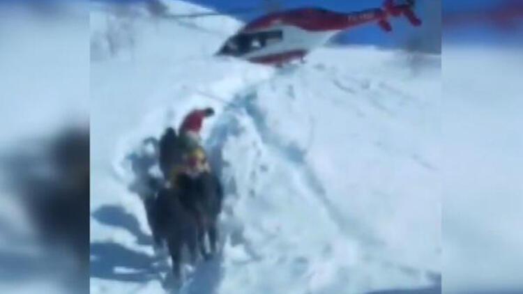 Ambulans helikopter pilotu, hastayı almak için kar üzerine indi