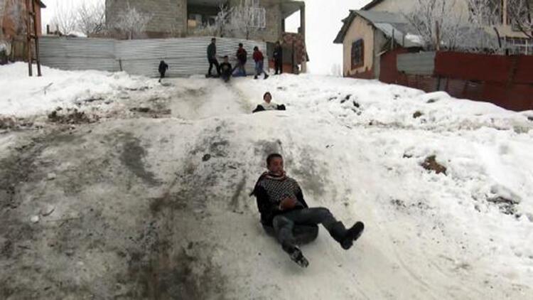 Çocuklar karın keyfini poşet ve plastik bidonlarla kayarak çıkarıyorlar
