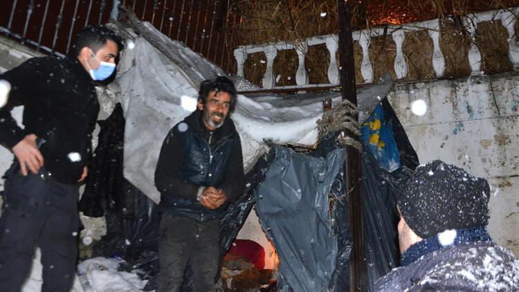 Kar yağışına aldırmadı! Polis zorla ikna etti ama o geri döndü...