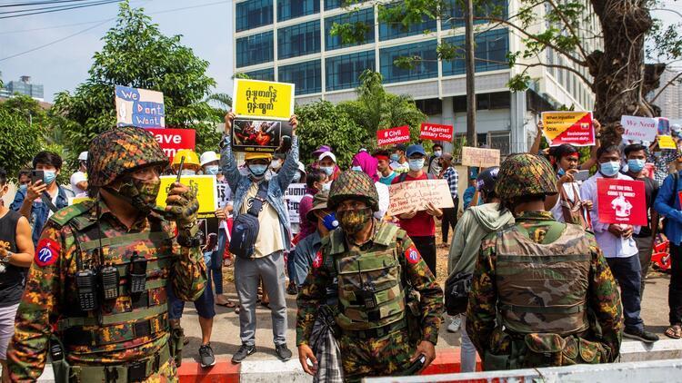 Zırhlı birlikler yeniden sokağa çıktı! Protestolar devam ediyor