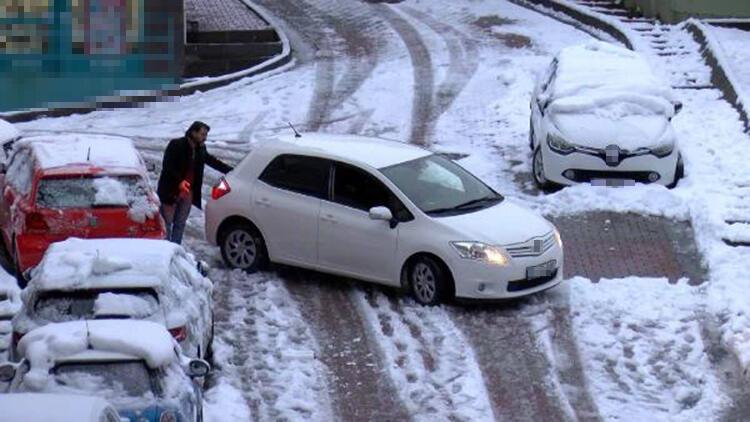 Kağıthane'de araçlar kaydı; Tuz taşıyan kamyonet yolda kaldı