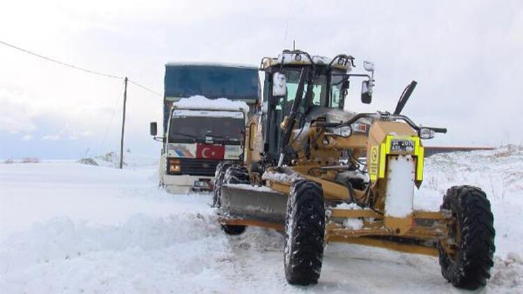 Çatalca'da kara saplanan kamyon kar küreme aracına bağlanan halatla kurtarıldı