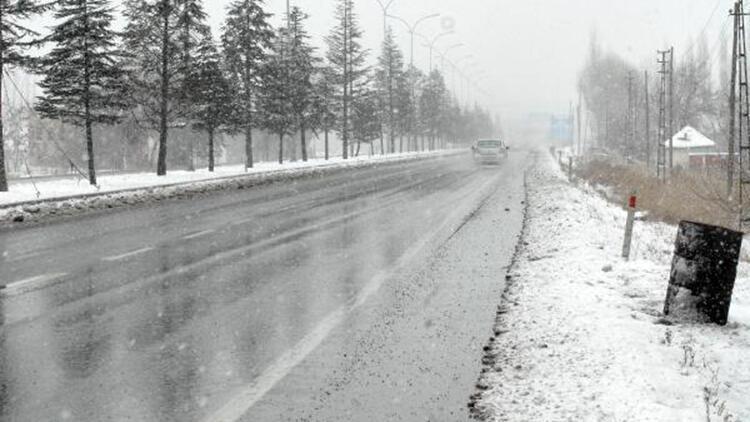 Afyonkarahisar, kar yağışıyla birlikte beyaza büründü
