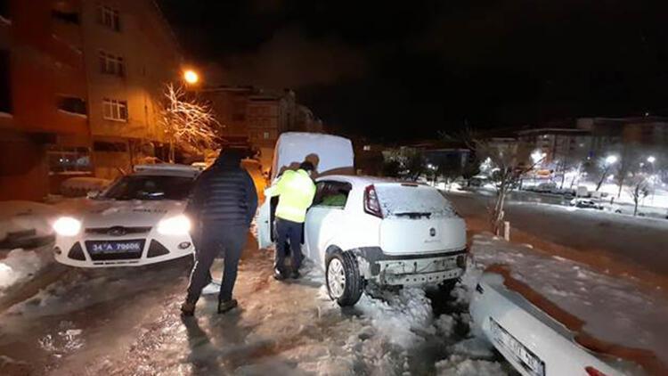 Karla kaplı yolda kayan araç minibüse çarparak durdu
