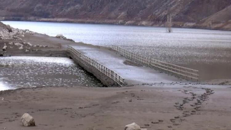 Bingöl'de baraj gölünde su seviyesi azaldı; köprü gün yüzüne çıktı