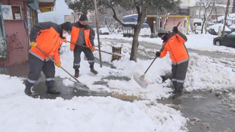 Sultangazi'de karla mücadele ekiplerinin aralıksız kar mesaisi
