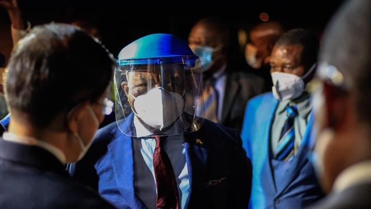 Zimbabve'de 4 bakanın Kovid-19'dan hayatını kaybetmesinin ardından kısıtlamalar uzatıldı